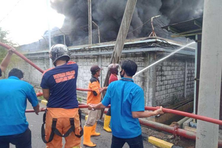 Petugas memadamkan api yang membakar gudang milik PT Hartono Istana Teknologi di Kecamatan Sayung Kabupaten Demak Jateng, Selasa (1/9/2020)