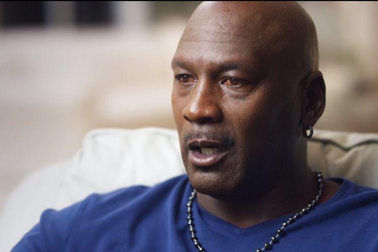 Legenda basket Amerika Serikat, Michael Jordan, berbicara ke kamera pada serial Netflix, The Last Dance. Mata Michael Jordan terlihat kuning di serangkaian wawancara tersebut walau ia tak pernah mengaku memiliki masalah kesehatan.