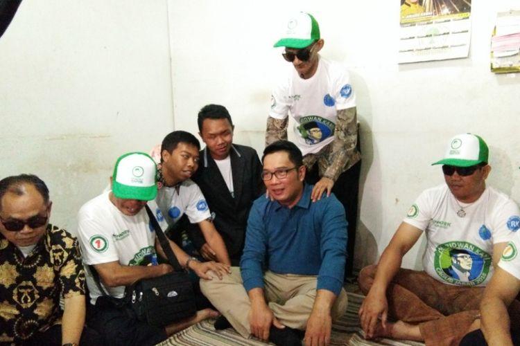 Sejumlah pengurus Persatuan Tunanetra Indonesia (Pertuni) saat berdialog dengan Ridwan Kamil di Klinik Pijat Hegar Massage, Pasteur, Sabtu (7/4/2018)