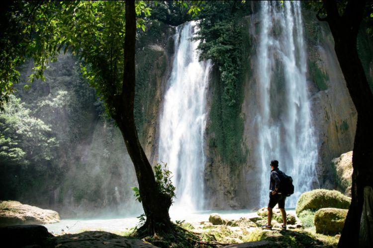 Salah seorang wisatawan saat menikmati air terjun atau Curug Cikaso.