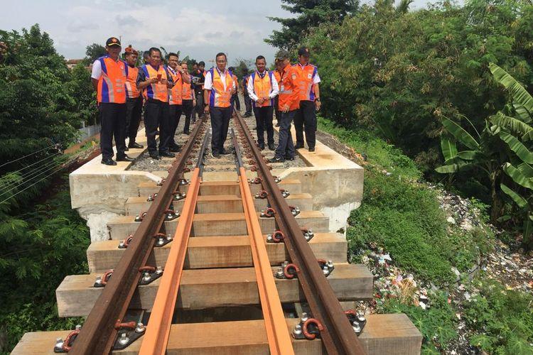 Dirut PT KAI Edi Sukmoro dan para direksinya sedang memeriksa rel kereta api di lintasan Bogor-Bandung di kecamatan Ciranjang, Cianjur, pada Februari 2019 lalu. Lalu lintas kereta api Bogor-Bandung rencananya dibuka akhir tahun 2019 ini.