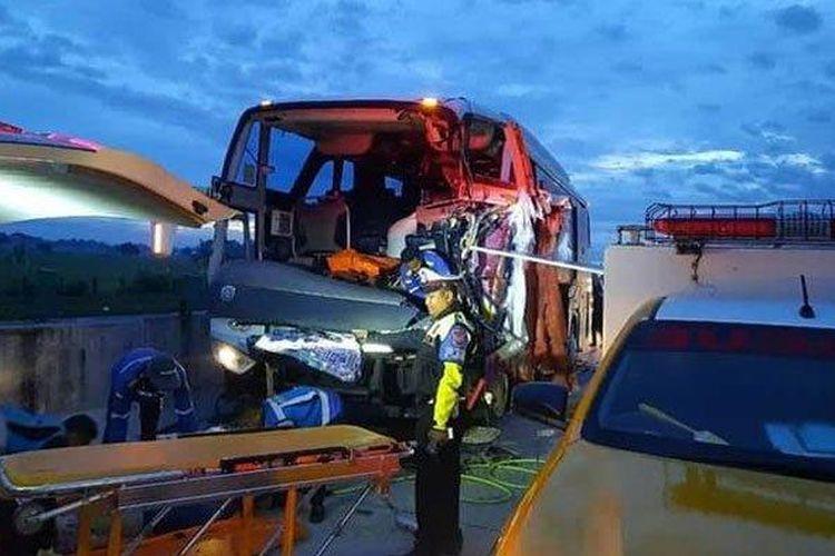 Kondisi bus pariwisata rombongan SMA Muhammadiyah 1 Gondangrejo dan truk yang terlibat tabrakan di Tol Madiun-Ngawi, Minggu (3/8/2020) dini hari. (Tribun Jatim/Istimewa)