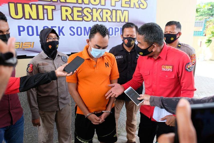 NH (45) tengah menjalani interogasi di Mapolsek Sombaopu, Kabupaten Gowa, Sulawesi Selatan usai ditangkap lantaran menipu sejumlah korbannya hingga ratusan juta dengan modus calo seleksi penerimaan prajurit TNI AD. Kamis, (27/5/2021).