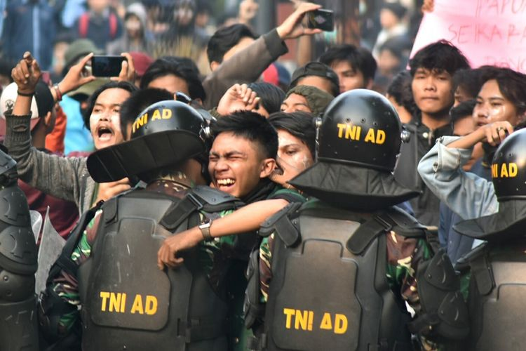 Aksi massa unjuk rasa di Gedung DPRD Jabar, Kota Bandung berakhir ricuh, Selasa (24/9/2019). Moment emosional saat salah seorang mahasiswa merangkul anggota TNI sambil menangis.