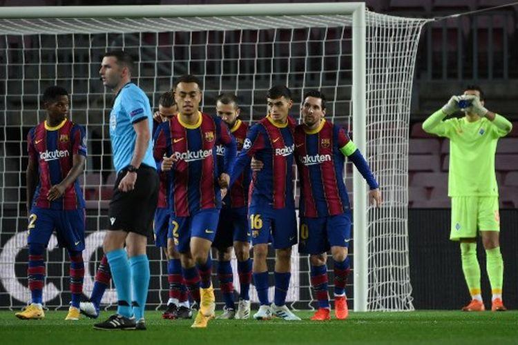 Lionel Messi (dua dari kanan) merayakan gol bersama rekan satu timnya pada laga ketiga Grup G Liga Champions yang mempertemukan Barcelona vs Dynamo Kiev di Stadion Camp Nou, Kamis (5/11/2020) dini hari WIB.