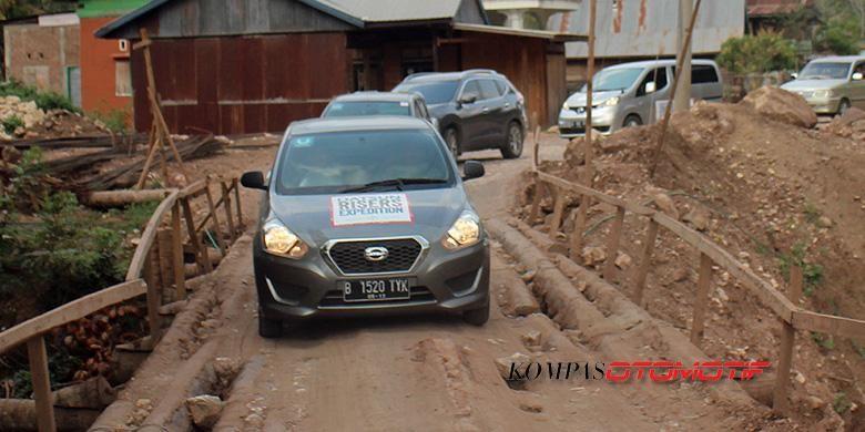 Mobil murah Datsun saat melibas beratnya jalanan di Sulawesi dalam Datsun Risers Expedition.