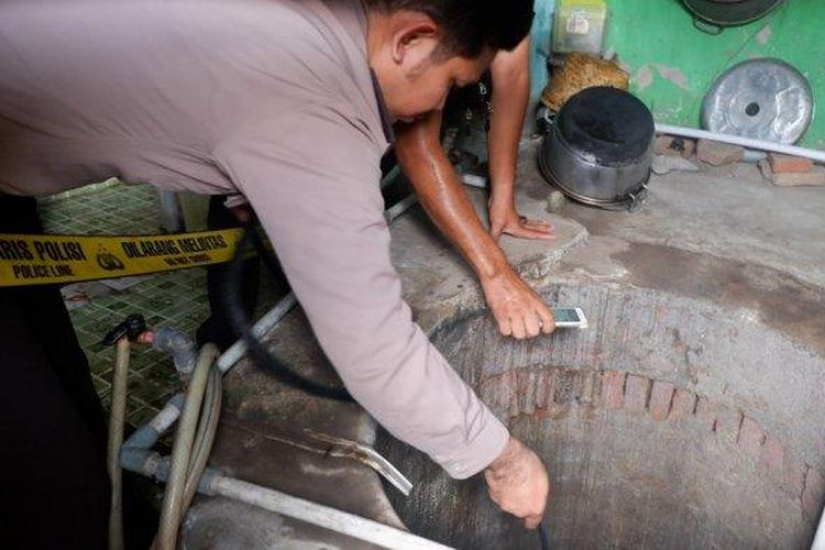 Sumur yang airnya berubah menjadi panas di rumah warga Desa Grobog Wetan Kecamatan Pangkah, Kabupaten Tegal. Petugas Polsek Pangkah memasang garis polisi, Senin (6/1/2020)