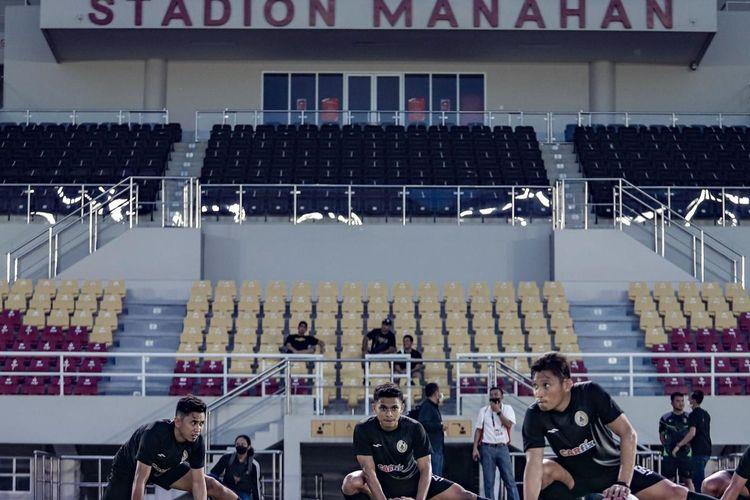 Pemain PS Sleman saat melakoni latihan resmi di Stadion Manahan Solo, Sabtu (17/4/2021).