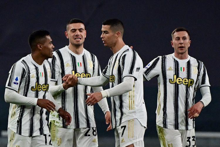 Pemain Juventus, Alex Sandro dan Cristiano Ronaldo, merayakan gol ke gawang Parma pada laga lanjutan pekan ke-32 Liga Italia di Stadion Allianz, Kamis (22/4/2021) dini hari WIB.