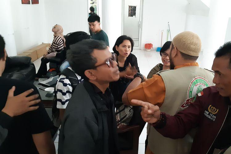 Sejumlah massa ormas keagamaan mendatangi Gedung Dewan Kesenian Lampung (DKL) dan menghentikan pemutaran film Kucumbu Tubuh Indahku yang ditaja oleh Klub Nonton, Selasa (12/11/2019). Massa ormas keagamaan menilai film itu mempromosikan isu LGBT.