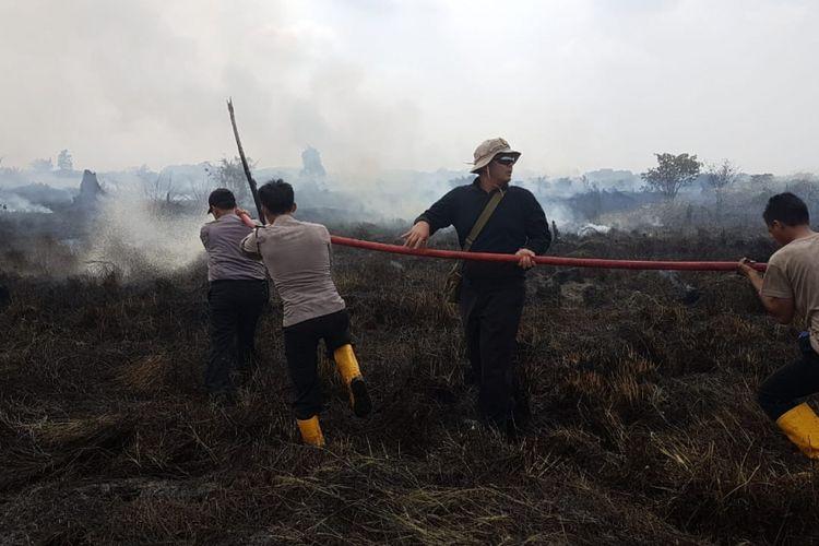 Tim Satgas Kebakaran Hutan dan Lahan di Riau berjibaku memadamkan api akibat kebakaran lahan yang kembali terjadi di Provinsi Riau.