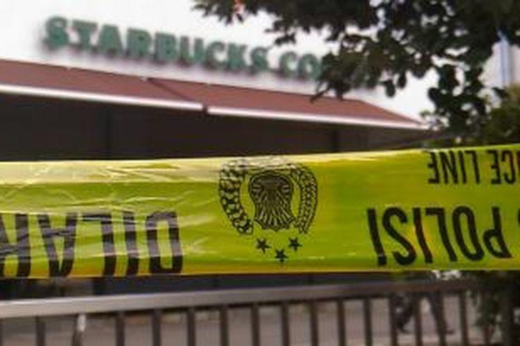 Garis polisi dipasang di beberapa tempat sekitar kejadian teror bom Sarinah. Wal au ada beberapa toko uang tutup, kegiatan ekonomi di sekitar zarina tampak berjalan normal