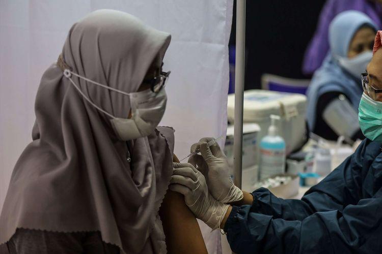 Petugas kesehatan menyuntikkan vaksin Covid-19 kepada pekerja dalam vaksinasi Gotong Royong di PT Pan Brothers Tbk. (PBRX), Tangerang Kota, Rabu (19/5/2021). Sebanyak 3.000 karyawan PT Pan Brothers Tbk. (PBRX) akan mendapatkan vaksin Covid-19 Gotong Royong secara bertahap. Pelaksanaan program vaksinasi tahap pertama tersebut merupakan bagian dari kick-off Vaksinasi Gotong Royong COVID-19 untuk pekerja yang diprakarsai Kamar Dagang Indonesia (Kadin) pada 18 perusahaan yang ditinjau secara virtual oleh Presiden Joko Widodo.