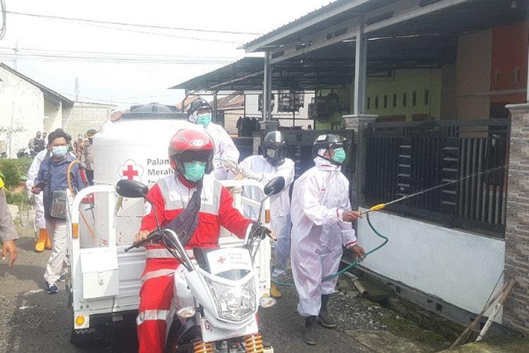 Petugas dari PMI Kabupaten Pemalang menyemprot rumah warga di Kelurahan Bojongbata Kabupaten Pemalang.