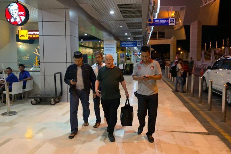 Hasan Basri (tengah) saat dijemput di bandara Sultan Hasanuddin Makassar oleh tim gabungan kepolisian Polda Sulsel dan Polres Pelabuhan Makassar usai menodongkan pistol di depan wajah pedagang MTC, Minggu (26/5/2019) malam.
