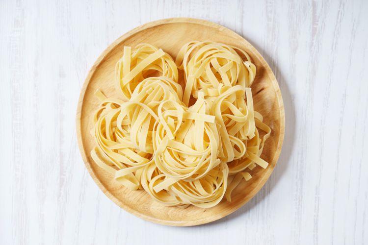 Ilustrasi pasta linguine yang bentuknya panjang, rata, dan tipis.