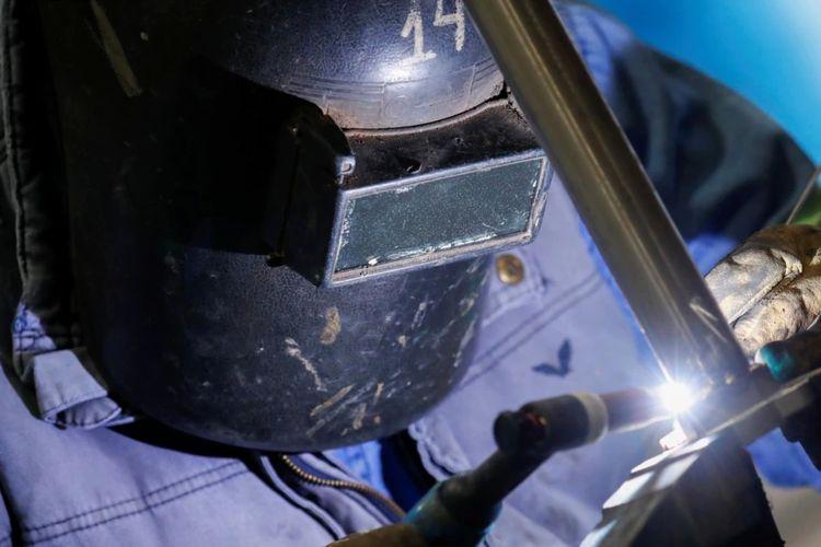 Seorang tukang las bekerja di pabrik percontohan litium di Argentina pada 12 Agustus 2021.