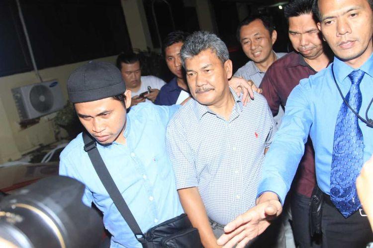 Wakil Bupati Kabupaten OKU Johan Anwar dibawa menuju ke sel tahanan Polda Sumatera Selatan, usai diperiksa selama 12 jam oleh penyidik, terkait kasus dugaan mark up lahan kuburan, Selasa (15/1/2020).