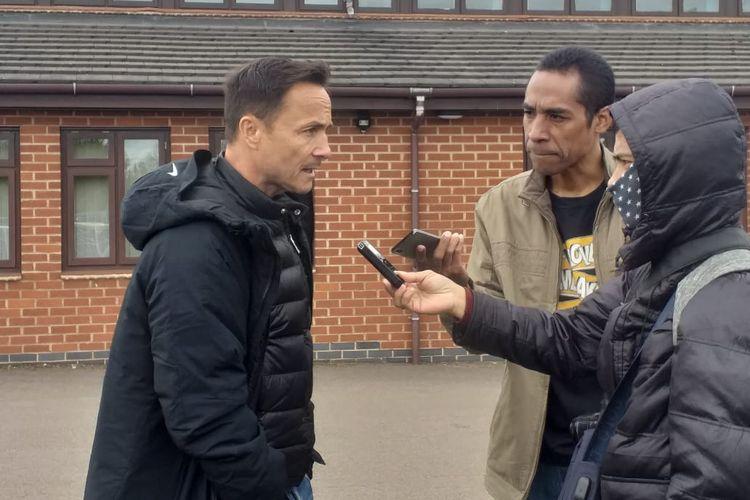 Pelatih Garuda Select, Dennis Wise (kiri), saat wawancara usai laga melawan Leicester City U-17 di Holmes Park, Leicester, Senin (6/5/2019).