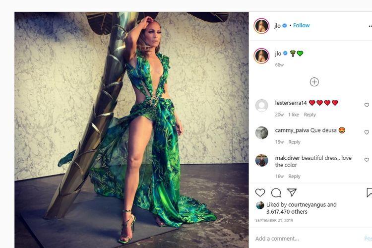Jennifer Lopez Pakai Gaun Versace