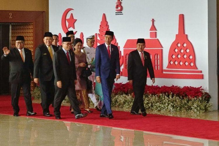 Presiden Joko Widodo dan Wakil Presiden Jusuf Kalla saat tiba di Gedung MPR untuk menghadiri Sidang Tahunan MPR 2018, Kamis (16/8/2018). Kedatangan Presiden dan Wapres disambut Ketua MPR Zukifli Hasan dan Ketua dPR Bambang Soesatyo.
