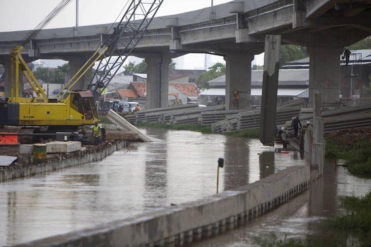 Pekerja memasang turap untuk aliran Kalimalang dalam proyek pembangunan Jalan Tol Becakayu (Bekasi-Cawang-Kampung Melayu) di Cipinang Melayu, Jakarta Timur, Senin (16/10). Pembangunan tol sepanjang 21 kilometer tersebut diharapkan bisa mengurai kemacetan parah di kawasan tersebut.   Kompas/Agus Susanto (AGS) 16-10-2017