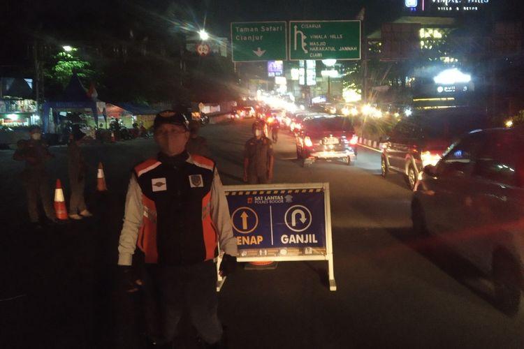 Situasi arus lalu lintas saat diberlakukannya kembali ganjil genap di Puncak Bogor, Jawa Barat, pada Sabtu (18/9/2021) malam.