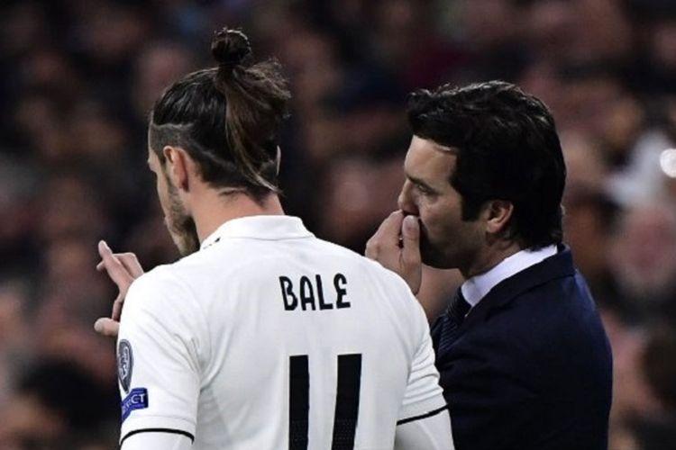 Santiago Solari memberi instruksi kepada Gareth Bale pada pertandingan Real Madrid vs Ajax Amsterdam di Stadion Santiago Bernabeu pada babak 16 besar Liga Champions, 5 Maret 2019.