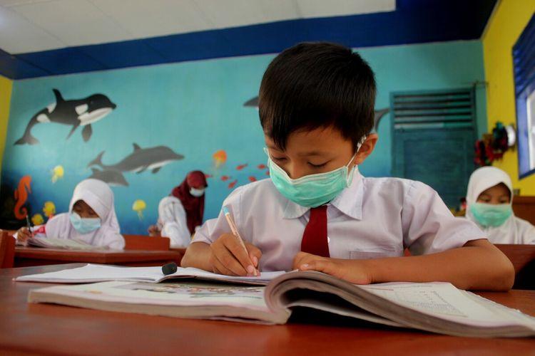 Kegiatan pembelajaran tatap muka di sekolah yang dilaksanakan di masa PPKM level 2 di Kabupaten Canjur, Jawa Barat, Jumat (10/9/2021).
