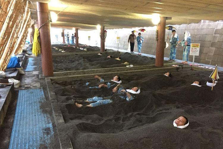 Tampak para turis asing maupun lokal sedang mandi pasir panas Saraku di Ibusuki, Prefektur Kagoshima di Pulau Kyushu, Jepang, Kamis (22/11).