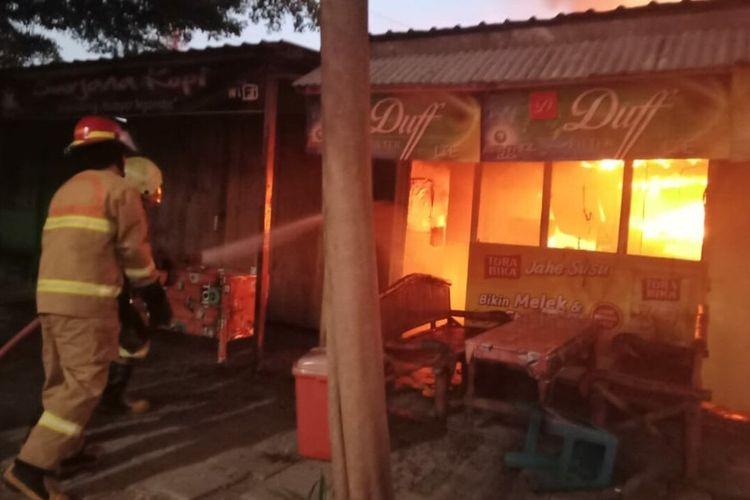 Perisriwa kebakaran yang melanda deretan bangunan warung makan di jalan veteran, Bojonegoro, Jawa Timur, Sabtu (24/4/2021) dini hari.
