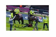 Panitia Piala Liga Inggris Diterjang Kuda Polisi