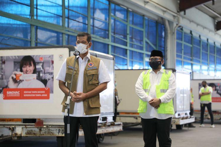 Ketua Satuan Tugas (Satgas) Penanganan Covid-19 Doni Monardo usai memantau kedatangan 15 juta dosis vaksin Sinovac di Bandara Soekarno-Hatta, Banten, Selasa (12/1/2021). Foto: BNPB.