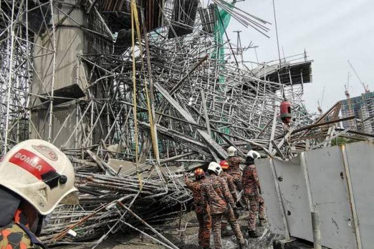 Foto dari Jabatan Bomba dan Penyelamat Malaysia (JBPM) memperlihatkan lokasi ambruknya rangka jembatan LRT 3 di Bandar Bukit Tinggi, Klang, pada Kamis (29/7/2021). Insiden ini menewaskan satu Tenaga Kerja Asing asal Banglades, sedangkan satu pekerja asal Indonesia luka ringan.