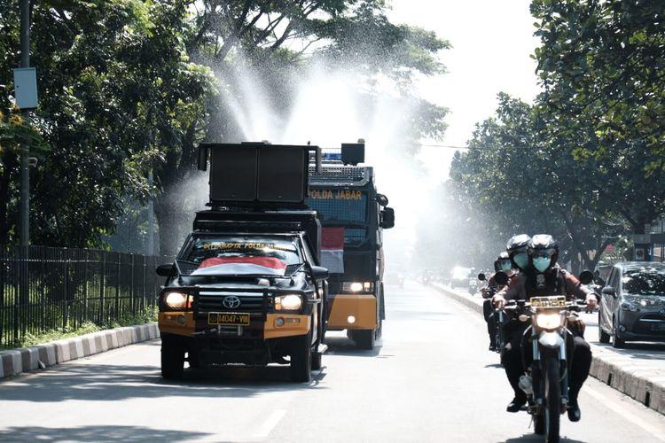 Kendaraan taktis dari Polda Jabar diturunkan menyemprot disinfektan di area publik saat saat Penyemprotan Serentak 27 Kabupaten/Kota dalam kampanye Dari Jawa Barat untuk Indonesia Lawan Korona, Selasa (31/3/20)
