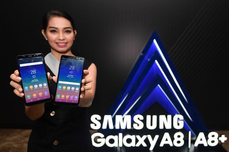 Seorang model menunjukkan ponsel pintar terbaru Samsung Galaxy A8 dan A8+ di Jakarta, Rabu (17/1). Samsung Electronics Indonesia resmi meluncurkan Galaxy A8 dan A8+ yang mengadaptasi keunggulan Infinity Display, dual front camera dengan fitur Live Focus, camera belakang dengan F1.7 serta desain premium berlapis kaca dan metal. ANTARA FOTO/Sigid Kurniawan/foc/18.