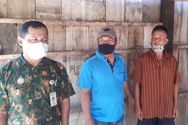 Nursam, suami Kinem (baju cokelat) bersama petugas kesehatan Puskesmas dan perangkat desa Gunungsari, Wonosamudro, Boyolali, Jateng, Sabtu (18/7/2020).