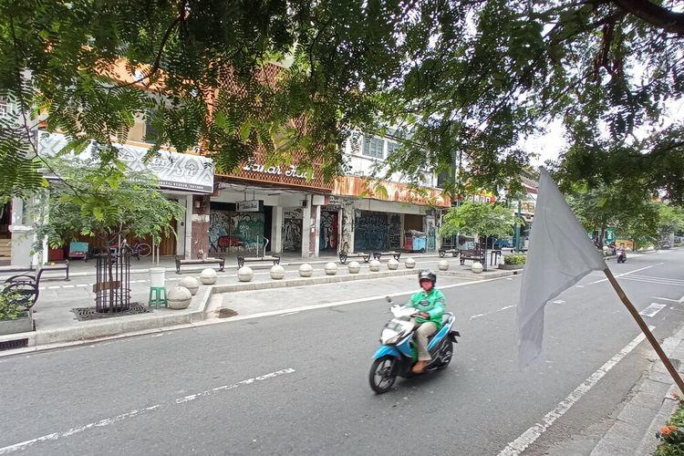 Bendera putih dipasang disepanjang jalan Malioboro tanda PKL menyerah hadapi pandemi, Jumat (30/7/2021)