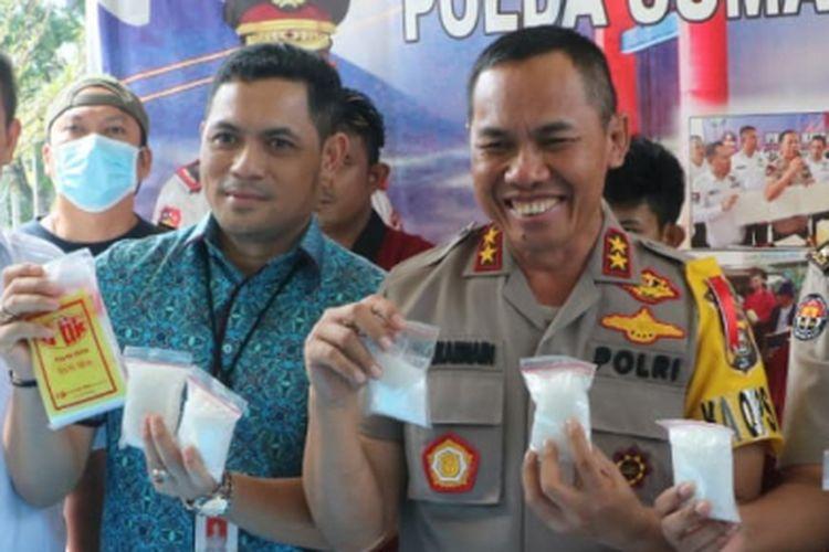 Kapolda Sumsel Irjen Pol Zulkarnain Adinegara saat menunjukkan barang bukti hasil ungkap kasus narkoba di Sumatera Selatan, Rabu (16/1/2019).