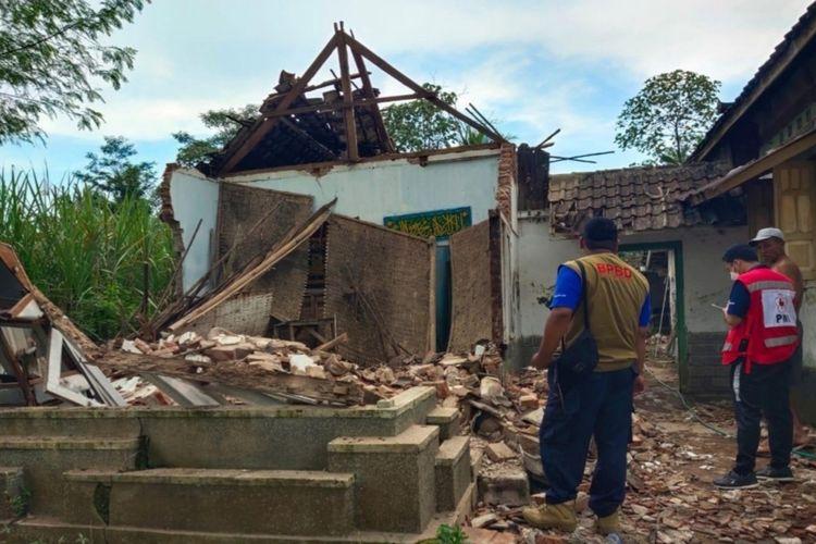 Petugas PMI Kabupaten Malang saat asesmen dampak kerusakan akibat gempa yang terjadi di laut selatan Kabupaten Malang, Sabtu (10/4/2021).