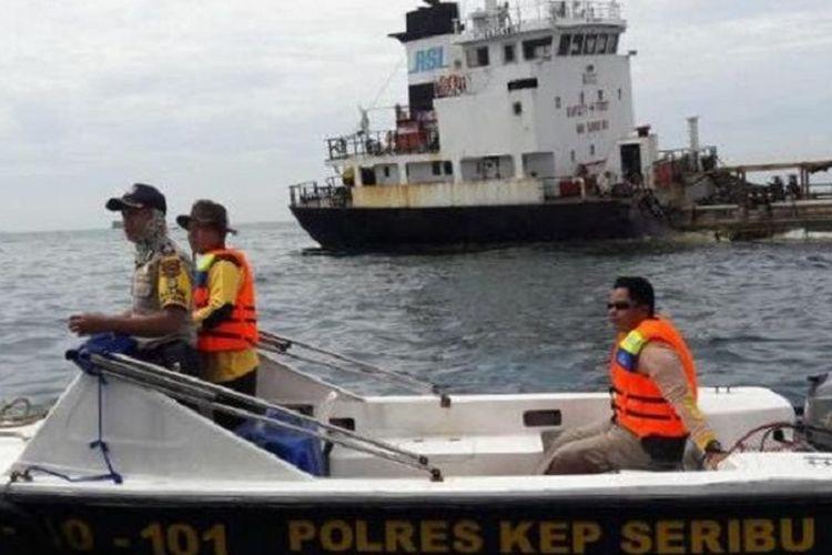 Kapal MT Elizabeth (di latar belakang) robek lambung kanannya akibat bertabrakan dengan kapal pengangkut barang KM Bhaita Jaya Samudera di perairan Kepulauan Seribu, Jumat (7/4/2017).