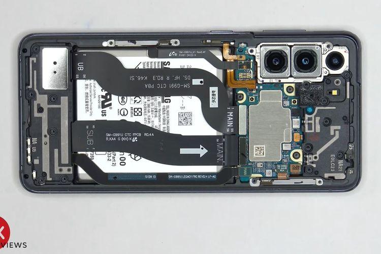 Ilustrasi tampilan setelah wireless charging coil dicopot. Tampak ada dua kabel fleksibel yang menghubungkan layar dengan mainboard yang memiliki konektor.