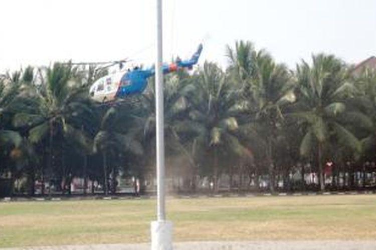 Helikopter milik Polda Jawa Timur, tiba- tiba mendarat di alun- alun Kota Jember, Rabu (27/8/2014).