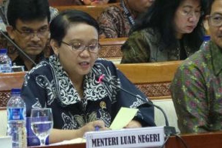 Menteri Luar Negeri Retno LP Marsudi dalam rapat kerja bersama Komisi I DPR RI, Kamis (12/2/2105), di Gedung Parlemen, Senayan, Jakarta.