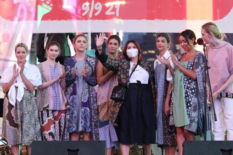 Peragaan busana batik di ajang Indopop Movement kota New York, Amerika Serikat, pada awal September 2021.