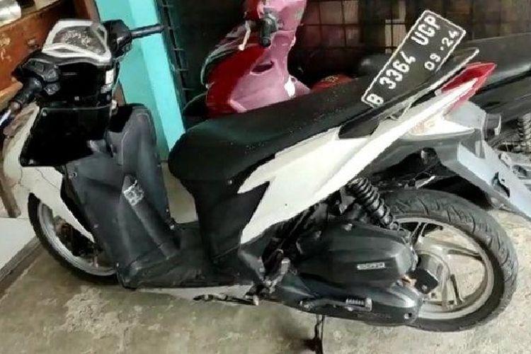 Sepeda motor yang ditinggalkan maling tabung gas di Kampung Serab, Sukmajaya Depok, Selasa (31/8/2021).