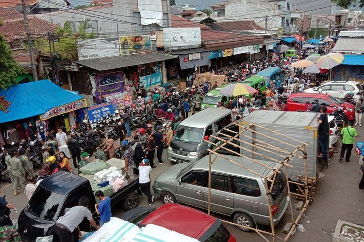 Suasana di kawasan Pasar Anyar, Kota Bogor, nampak ramai dipenuhi pedagang yang berjualan di tengah situasi masa pemberlakuan pembatasan sosial berskala besar (PSBB) tahap tiga, Senin (18/5/2020).
