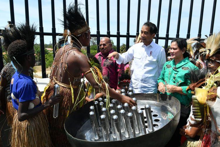 Presiden Joko Widodo, Jumat (16/11/2018) pagi ini meresmikan Monumen Kapsul Waktu di Merauke, Provinsi Papua. Tujuh mimpi anak-anak bangsa diletakan secara permanen di Monumen Kapsul Waktu Impian Indonesia di Merauke, di ujung timur Indonesia.
