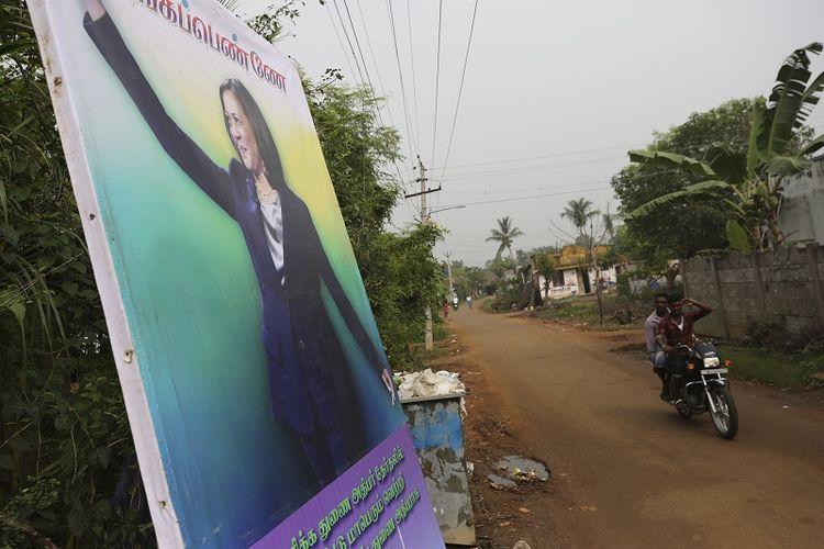 Spanduk yang menampilkan Wakil Presiden terpilih AS Kamala Harris dengan pesan harapan terbaik yang dipajang di Thulasendrapuram, kota kelahiran kakek dari pihak ibu Harris, selatan Chennai, negara bagian Tamil Nadu, India, Rabu, 20 Januari 2021.