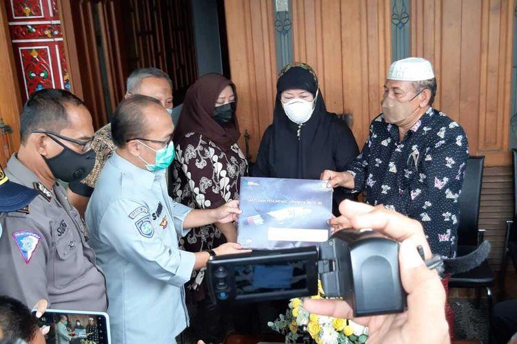 Jasa Raharja Jatim beri santunan kepada keluarga korban Sriwijaya Air SJ182, Fadly Satrianto, Rabu (13/1/2021).
